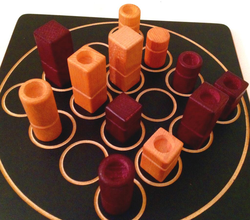 Quarto board with pieces